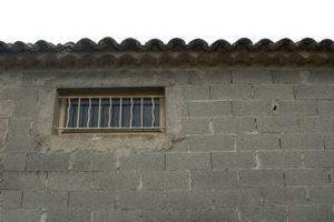 Las grietas que aparecen en un Afuera concreto del bloque de pared de un sótano