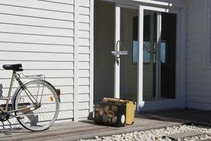 Cómo instalar una cerradura con llave en una puerta corredera de cristal