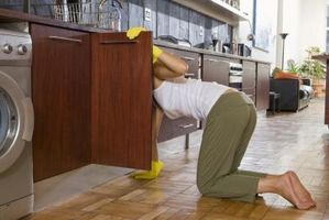 Cómo eliminar el moho de la madera interior debajo de mi fregadero de cocina
