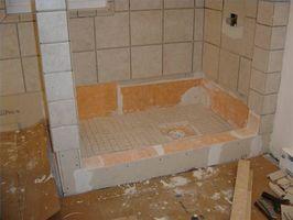 Cómo instalar un plato de ducha sobre un suelo de madera