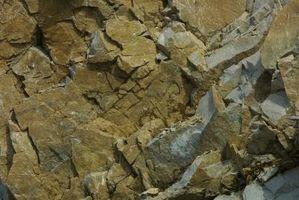 Cómo construir un muro de contención con las rocas artificiales