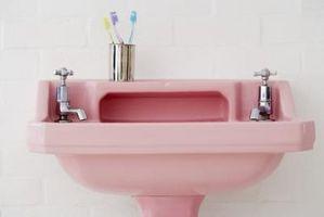 Cómo decorar un cuarto de baño rosado lavabo, inodoro y la tina