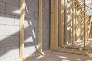 Como marco de una puerta en madera y metal