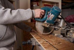 Cómo cortar un ángulo de 60 grados en una sierra para cortar ingletes