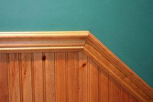 Cómo instalar moldura de techo de madera