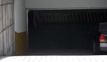 Cómo colgar paneles de yeso alrededor de una puerta de garaje
