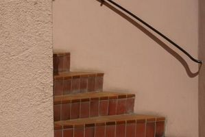 Cómo instalar la baldosa cerámica en la escalera Pasos