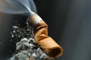 Cómo arreglar una quemadura de cigarrillo en la manta
