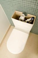 Cómo limpiar un tanque del inodoro manchado