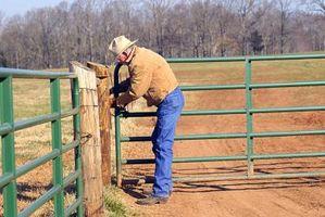 Cómo colgar una puerta de gran tamaño sobre una valla