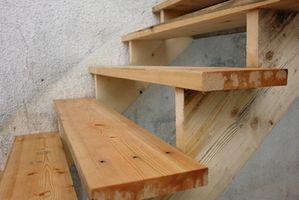 Cómo construir escalones de madera a una puerta