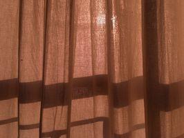 Cómo colgar cortinas cuando la ventana y la pared