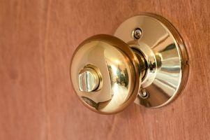Cómo instalar la puerta frontal de una casa Maneja con una cerradura de seguridad