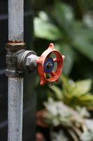 Cómo reparar una válvula de cierre de agua que se escapa