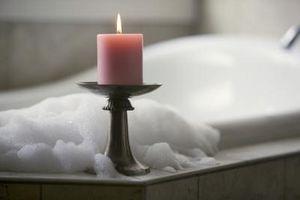 Maneras de decorar un cuarto de baño rosado del azulejo