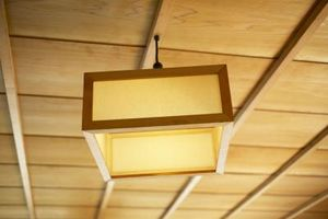 Cómo colgar una lámpara de techo Plug-In