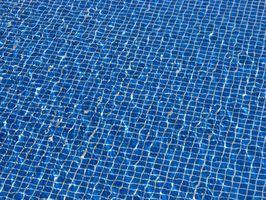Cómo establecer el azulejo en una piscina de fibra de vidrio