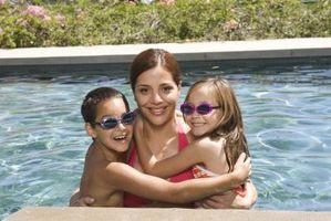 Cómo utilizar lejía en la Plaza de las pastillas de cloro para piscinas
