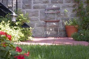 Cómo agregar macizos de flores a un patio de concreto
