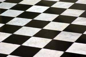 Cómo pintar un tablero de ajedrez Negro y White Room
