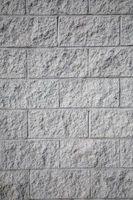 Cómo agregar una puerta del sótano exterior a través del bloque de cemento