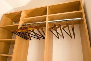 Los estantes de organización del armario El uso de clavos o tornillos