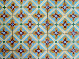 Cómo instalar vinilo auto-adhesivo del azulejo en un piso de concreto después de quitar la alfombra