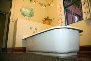 Cómo instalar un piso laminado alrededor de una bañera
