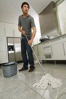 Cómo hacer una solución de limpieza del piso eficaz con lejía