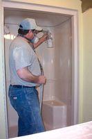 Cómo aplicar parches a los agujeros en una ducha de fibra de vidrio