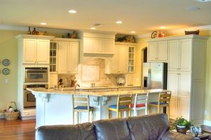 Cómo instalar una despensa gabinete de cocina