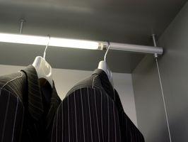 Cómo reemplazar las ruedas en un Mirrored Closet Doors