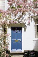 Reparación de grietas pequeñas y Pintura de una puerta frontal de madera