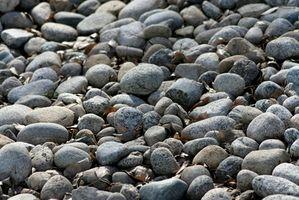 Como paisaje con madera y rocas río