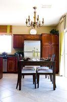 Cómo instalar rellenos gabinete de cocina