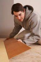 Cómo cortar el suelo laminado para una pared en ángulo