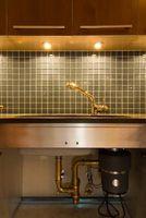 Fregadero de cocina de drenaje está obstruido con productos químicos