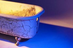 Cómo proteger el suelo laminado de un molde de hierro de hidromasaje