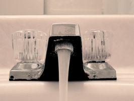 ¿Cómo se quita un aireador del grifo del cuarto de baño?
