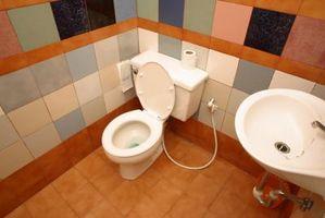 Como un baño de azulejos del piso y la tina de sonido envolvente