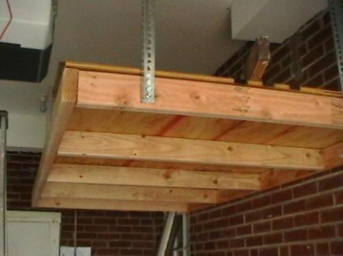 Cómo instalar un estante colgante en el garaje o taller