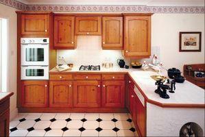 Cómo instalar hojas de chapa de madera en gabinetes de la cocina