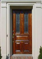 Cómo Refinish una puerta frontal de madera