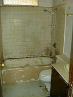 Cómo limpiar viejo cuarto de baño del azulejo / Digfineart.com