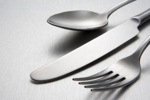 Cómo quitar manchas de acero inoxidable de los platos y cubiertos