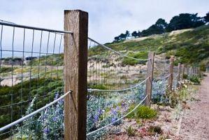 Cómo instalar una cerca de alambre en una colina