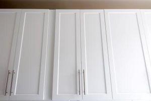 Cómo instalar sujetadores del gabinete de cocina