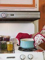 Cómo limpiar la grasa después de que se goteó sobre una estufa de gas