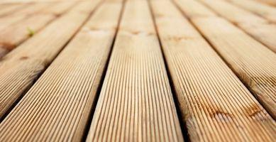 ¿Cómo se usa cloro para limpiar las cubiertas de madera?