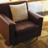 ¿De qué color decoraciones Ir Mejor Con Brown y Negro de la alfombra?